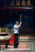 Photos Vietnam - Vietnamien en prière pagode Quan Am