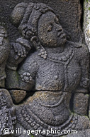 Photos Indonésie - Statue sur un bas-relief du temple de Borobudur - Plus de 1400 bas-reliefs finement sculptés sont narratifs alors que plus de 1200 sont décoratifs. Tout en racontant la quête de la sagesse de l'illuminé bouddhique, on y retrouve beaucoup l'influence hindouiste des royaumes avoisinant.
