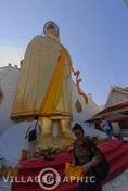Photos Thailande - Bouddha debout au Wat Intharawihan à Bangkok